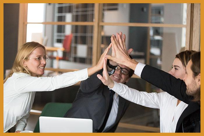 Compañeros creando sinergias en el coworking